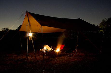 焚き火タープを使用したキャンプの様子