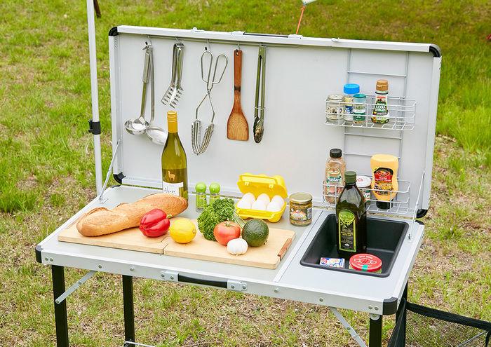 調理道具たちがセットされたキッチンテーブル