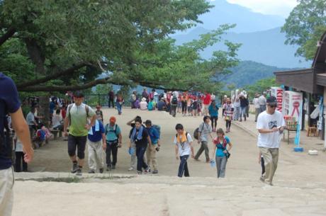 高尾山を登る人々