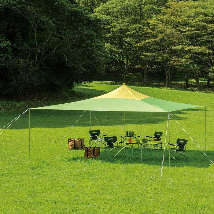 芝生に張られたモンベルのタープ