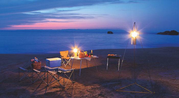 ランタンスタンドを用いた夕暮れ後の浜辺