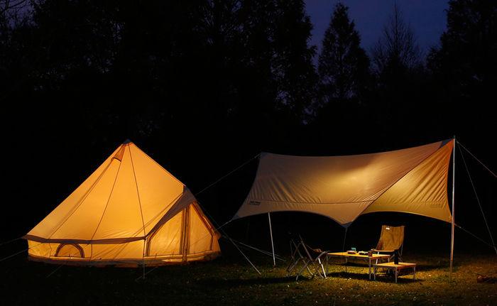 夜のニュートラルアウトドアのテントとターブ