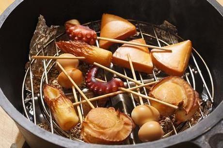 スモークウッドを使って燻製されたチーズや魚介類