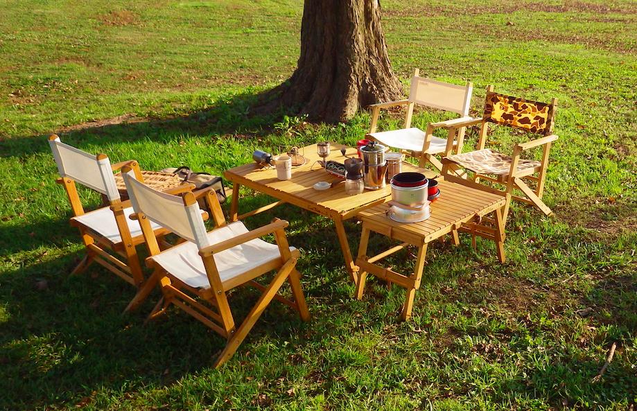 芝生の上に置かれたウッドチェアとウッドテーブル