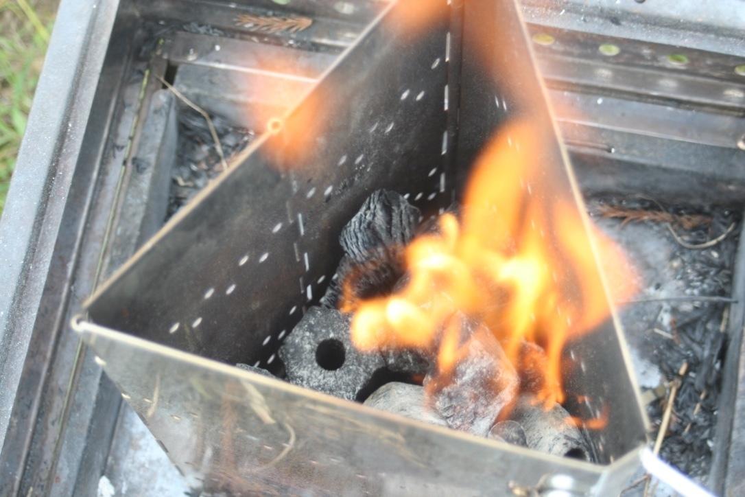 チャコスタの炭に着火している写真です。