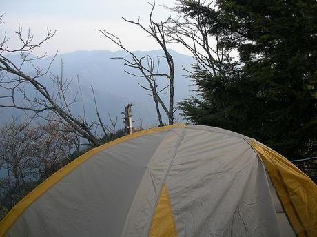 テントと山から見える景色
