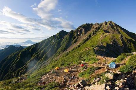 山々と点々と張られたテント
