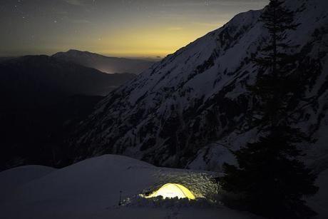雪山の中に張られたテント