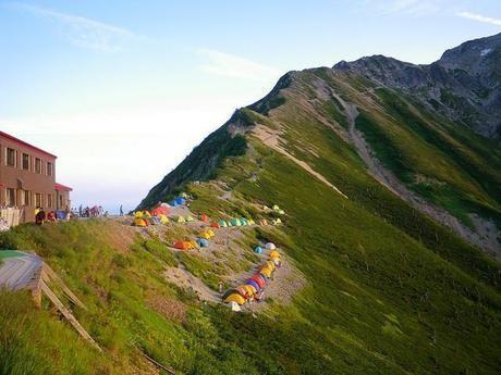 山の斜面に張られたカラフルなテントたち