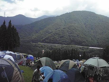 山に張られたたくさんのテント