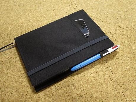 ミニサイズのノートとノートに挟んだペン