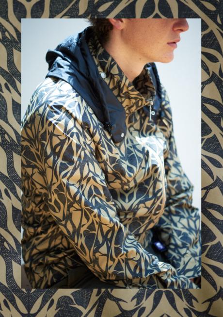 ノースフェイスパープルレーベル2016年秋冬コレクションのマウンテンウィンドウプリントパーカを着た男性