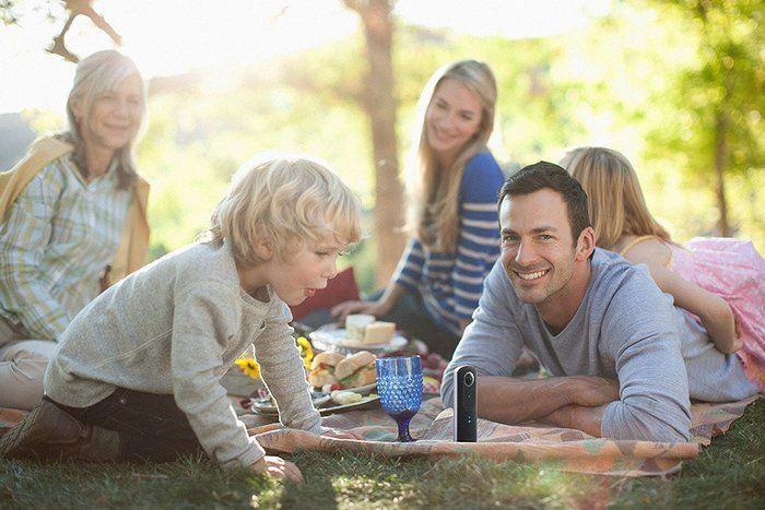 リトルプラネットでピクニックをしながら写真をとる家族
