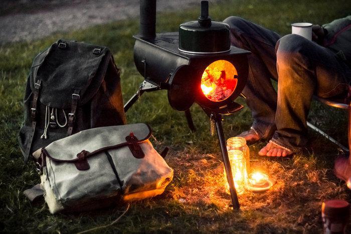 アネヴェイの薪ストーブで暖をとる男性