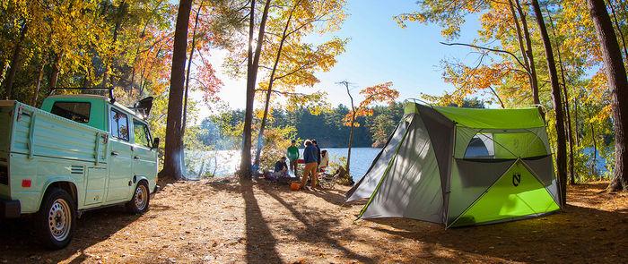 紅葉した木の下に設置されたニーモのテント
