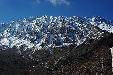 雪が積もった山々