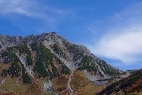 険しい山と青空