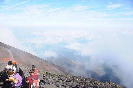雲で視界が悪い中登山する人
