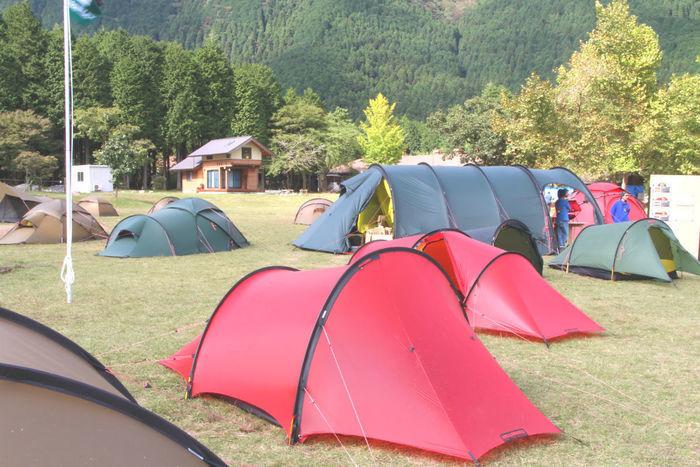 キャンプ場に設置された様々なテント