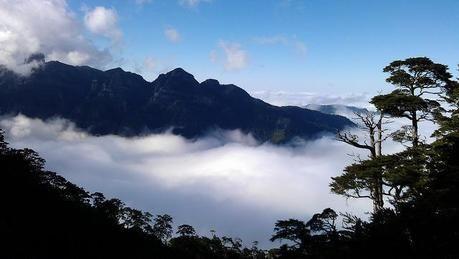 雲がかかった山