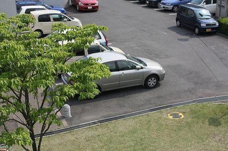 駐車場に停められた車