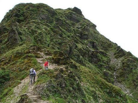 険しい山に登る人