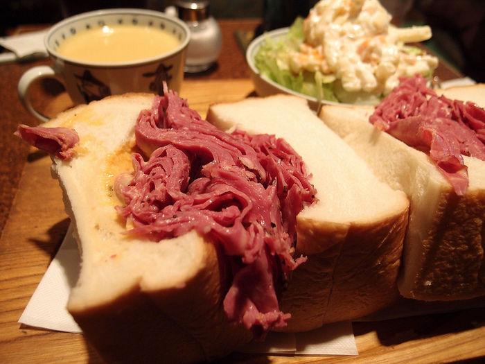 パストラミを豪快に挟んだサンドイッチとスープとサラダ