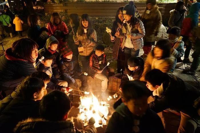 キャンプの火を囲む子供達