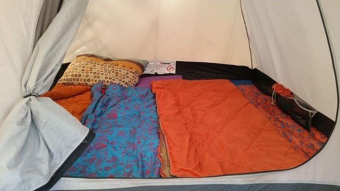 テント内に敷かれたシュラフ