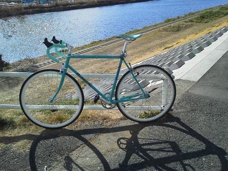 川沿いの土手に停められた自転車