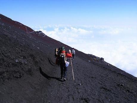 雲の上の山をオンボル人々