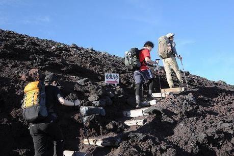 赤岩8合目に差し掛かった登山客
