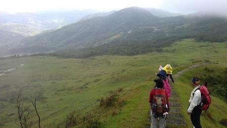 山頂を指差す女性たち