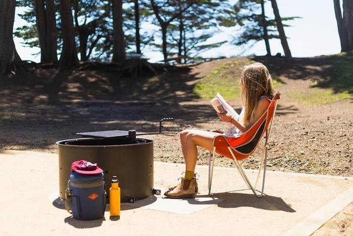 エーライトのチェアに座って読書をしている女性