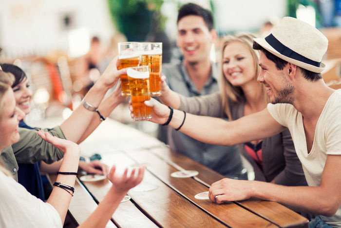 ビールを乾杯する男女