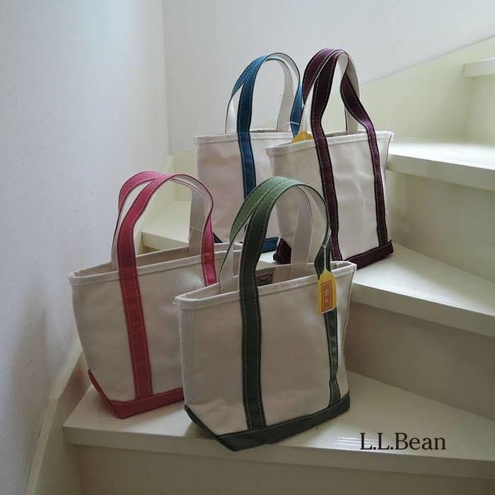 階段に並べられたL.L.Beanのトートバッグ