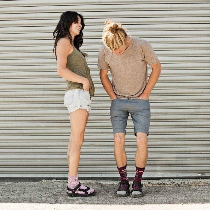tevaを履き、靴下×サンダルコーデをする男女