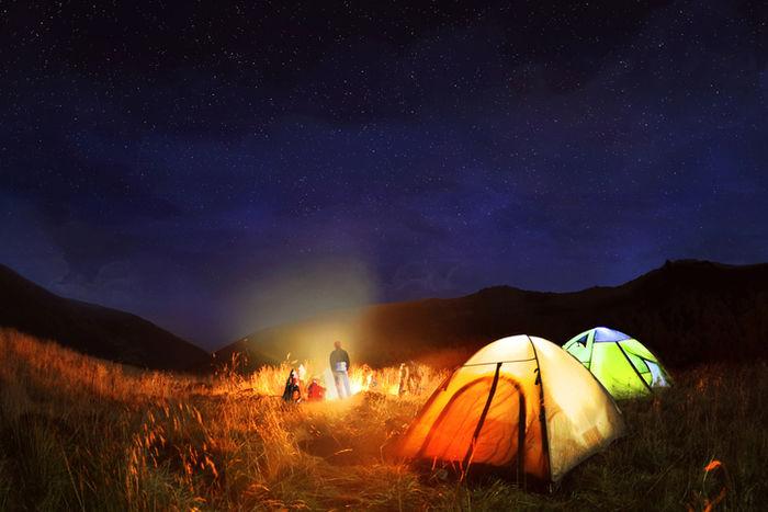 夜のキャンプを楽しむ家族