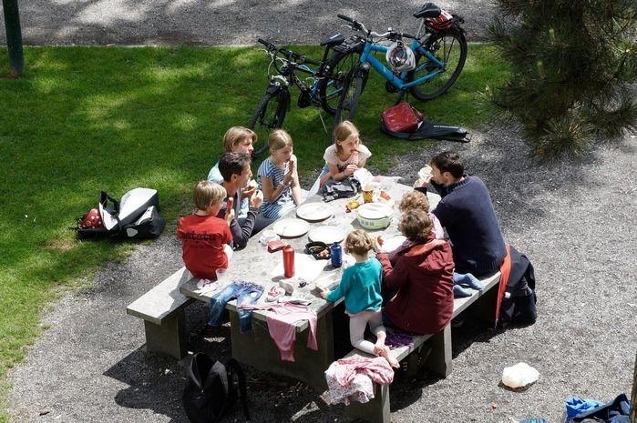ピクニックを楽しむ外国人の家族