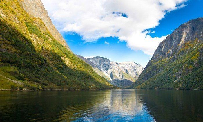 美しい自然と谷間を流れる川