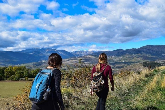 山道を登る女性