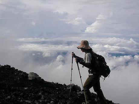 山を登る女性