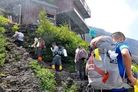 山小屋に到着した人々