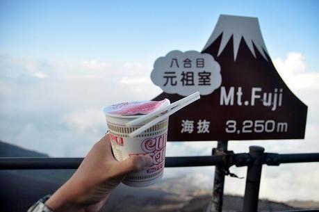 富士山八合目の看板とカップラーメン
