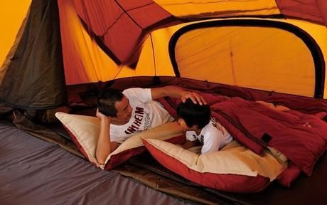 スノーピークのオフトンに寝転び話す親子