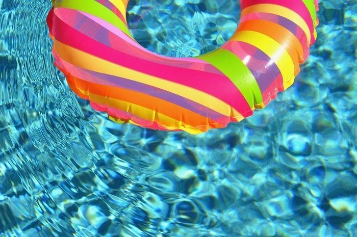 水に浮かぶカラフルな浮き輪