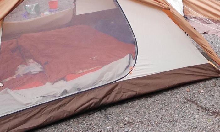 テントの中に敷かれたオフトン