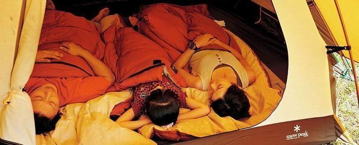 スノーピークのオフトンで眠る家族