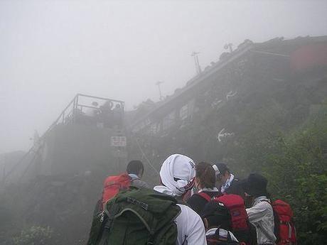 霧がかった中登山をする人