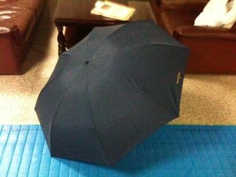 黒の折りたたみ傘